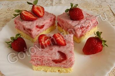 Ингредиенты для. рецепта Бисквитное пирожное с клубничным суфле.